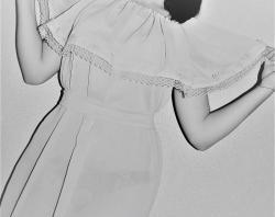 Omuzlarına fırfırlı bir yazlık elbise dikiyoruz