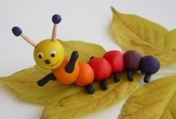 Caterpillar din plastilină curcubeu
