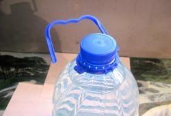 Σπιτική πλαστική λαβή μπουκαλιών