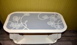 Eski bir komodinden tuvalet masasına