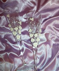 Διακόσμηση γυαλιών γάμου με πλαστικά τριαντάφυλλα