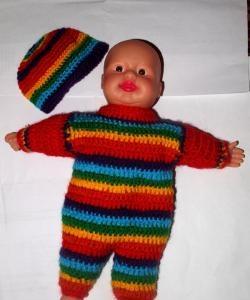 Strikket farverigt kostume til en babydukke 25 cm høj