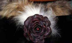 Gumka - kwiat wykonany ze skóry i futra