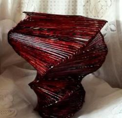 Голяма спирална ваза, изработена от хартиени лози
