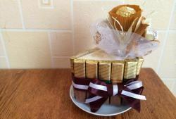 Çikolata ve tatlılardan oluşan bir buket.