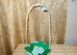 Домашна плетена кошница с цветя