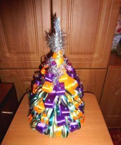 Коледно дърво, изработено от сатенени панделки