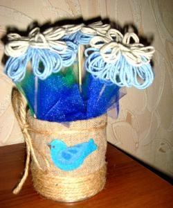 Blomster af tråde i en hjemmelavet vase