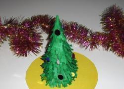 Flauschiger Weihnachtsbaum aus Papier