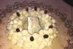 Coroana pufoasă de pompoane