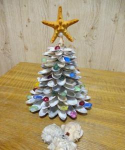 Pomul de Crăciun format din scoici