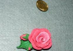 Розова брошка