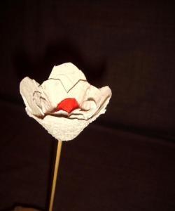 Рози от тавата за яйца за хартия