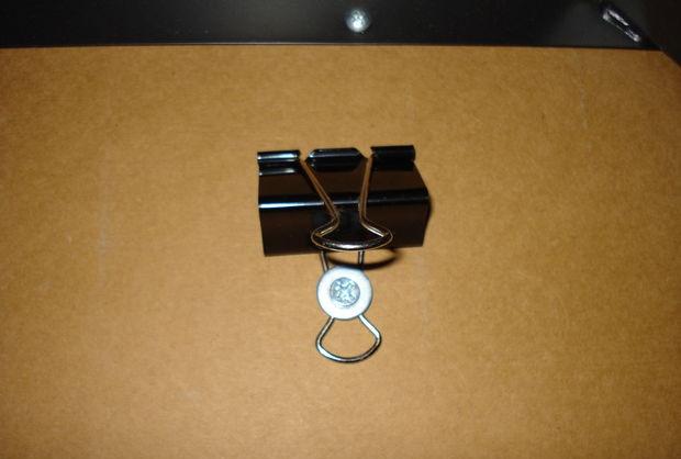Esconda os fios sob a mesa do computador