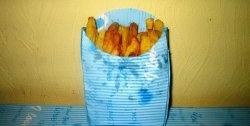 Cartofi prăjiți într-un plic de hârtie