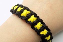 """Como tecer uma pulseira """"X"""" de cabos"""