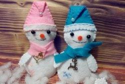 Снежни човеци, изработени от филц - висулки за коледно дърво