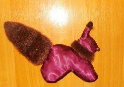Veverița roșie dintr-o cămașă pentru femei