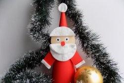 Moș Crăciun făcut din hârtie și tampoane de bumbac