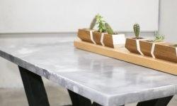 """Realizăm o masă """"din marmură"""" din beton, pe bază de lemn ars"""