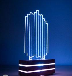 LED-lampe i akrylglas og træ