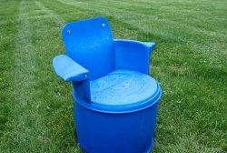 Krzesło ogrodowe z plastikowej beczki