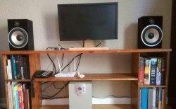 Masă TV simplă cu rafturi de cărți