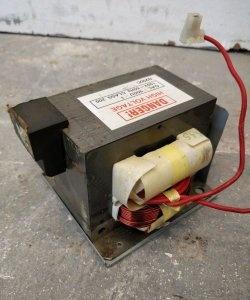 Poderosa fonte de alimentação para transformadores de microondas