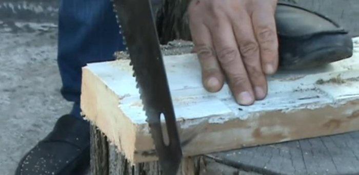 Uma maneira rápida de afiar uma serra manual com um moedor