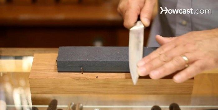 Πώς να ακονίσετε ένα μαχαίρι σε μια πέτρα