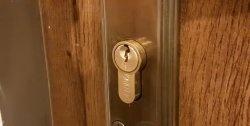 Άνοιγμα έκτακτης ανάγκης μιας πόρτας: βγάζουμε ένα ένθετο ασφάλισης