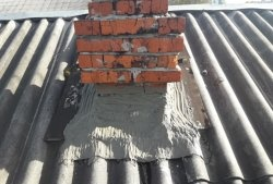 Sådan fjernes hullerne mellem skorstenen og skifer