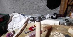 Sådan placeres en hammer fast på et håndtag uden en kil