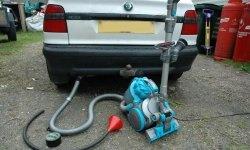 Cum să folosiți un aspirator pentru a găsi o scurgere în galeria de evacuare a unei mașini
