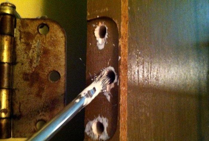 Sugadintų durų vyrių varžtų skylių atkūrimas