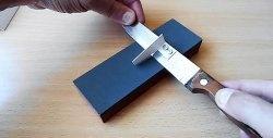 Ein einfaches Werkzeug zum Steuern des richtigen Winkels beim manuellen Schärfen eines Messers
