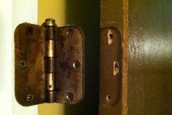 Възстановяване на счупени отвори за винтове за панти на вратите