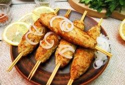 Filetul de pui kebab într-o tigaie