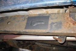 Realizarea unui cache cu o cheie de rezervă pe caroseria unei mașini