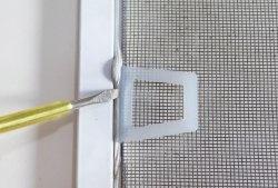 Cum să înlocuiți mânerele pe o plasă de țânțari din plastic