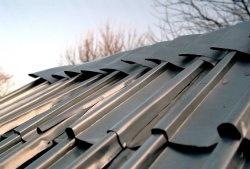 Dach dachowy wykonany z puszek aluminiowych