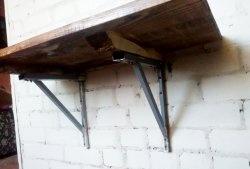 Masă din lemn cu suport pe perete