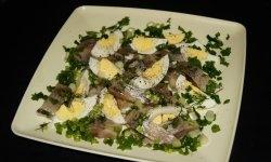 Salată rusă de hering cu sare ușoară și ouă