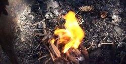 Cum se aprinde un foc cu o pungă de plastic