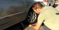 Cum să porniți o mașină cu o baterie moartă