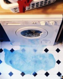 Защо пералнята тече? Под него водата тече отдолу!