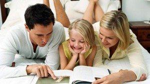Семейството чете инструкции