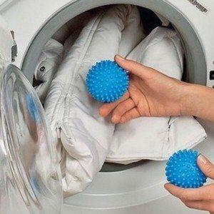 שוטף ז'קט במכונת כביסה עם כדורים
