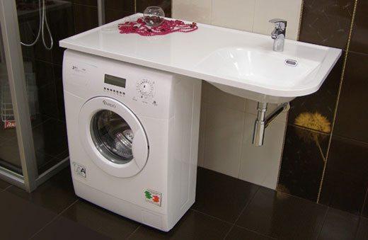 מכונת כביסה צרה מתחת לכיור