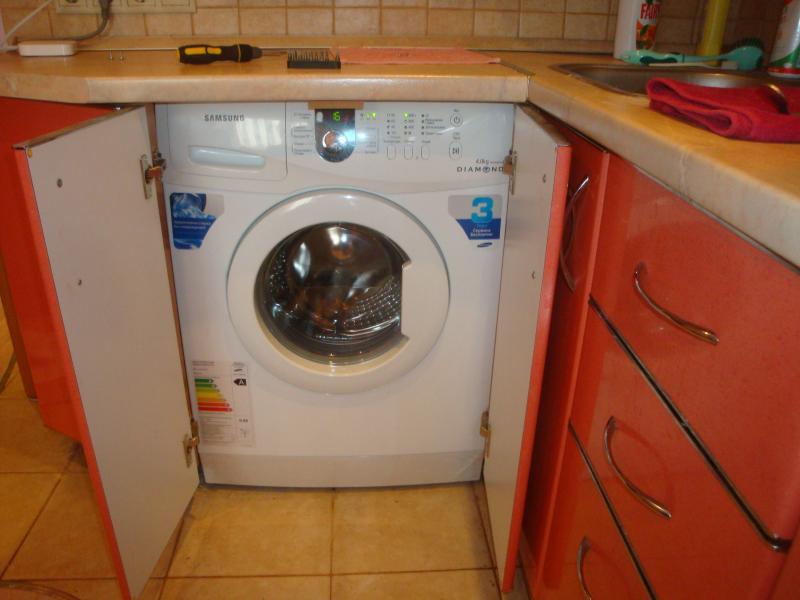 Инсталираме вградената пералня под плота